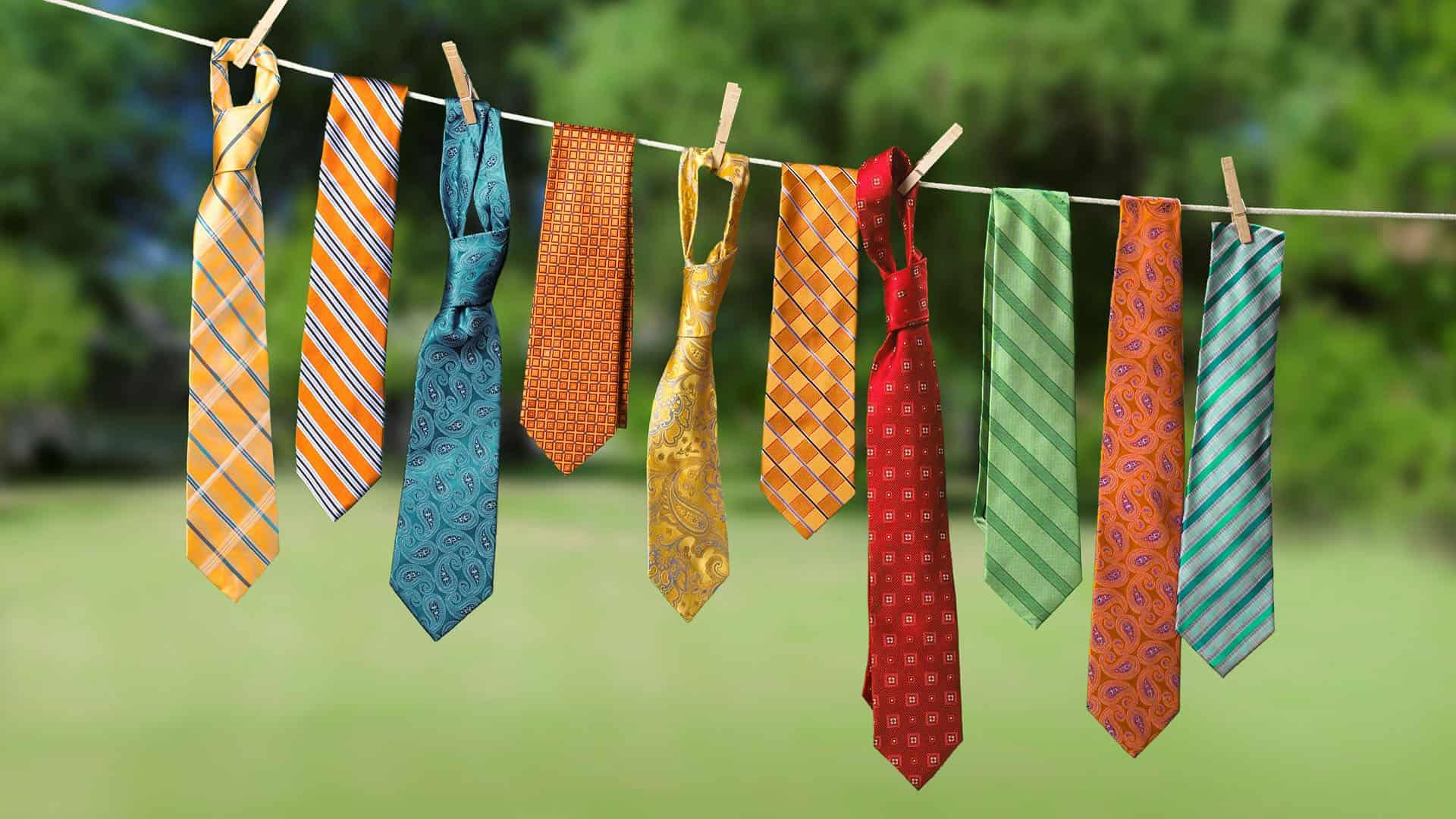 Kussen maken van kleurrijke oude stropdassen