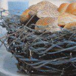 Paasbrood in origineel broodmandje: een vogelnestje