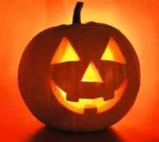 Uitgesneden Halloween pompoen langer goed houden. Met Halloween maken we een pompoenlantaarn. Je koopt een reuzenpompoen en die ga je met een lepel uithollen.