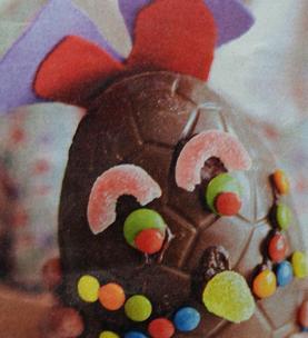 Groot chocolade paasei versieren
