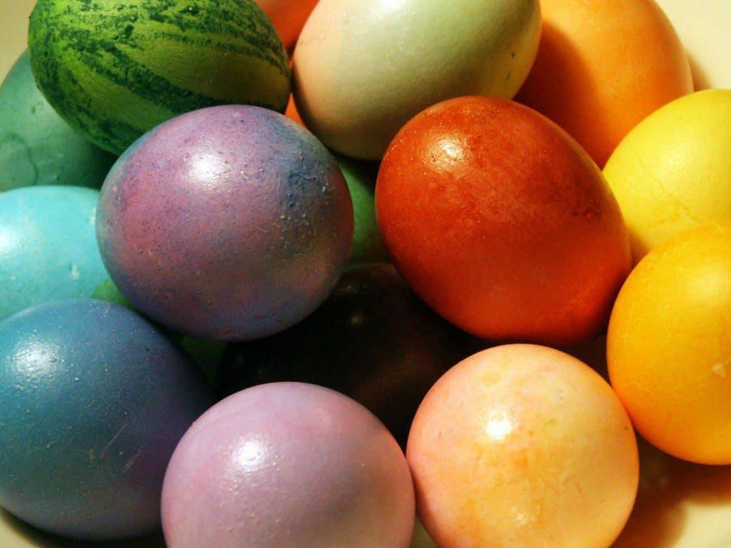 Eieren kleuren met natuurlijke ingrediënten