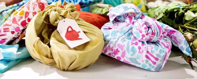 Cadeau en bloemen anders inpakken in wrappels.