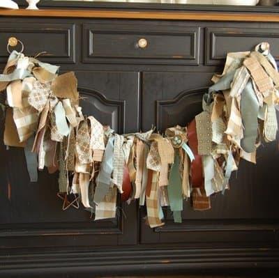 Decoratie slinger maken met restjes stof / BRON: thenester.com