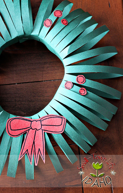 Kerstkrans van gekleurd papier of vilt maken