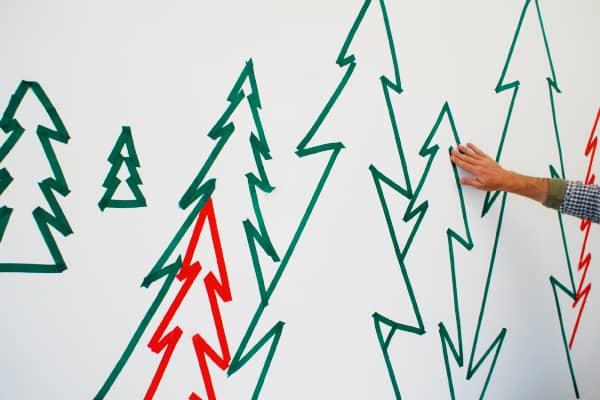Keuken kerst versier tip met gekleurd tape op ijskast / BRON: elledecoration.co.za