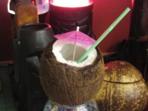 Hoe kokosnoot openen en gebruiken als cocktailglas / BRON: letstiki.com
