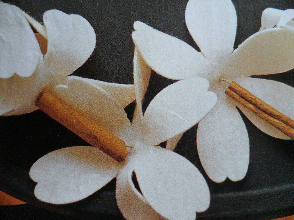 slinger maken van vilten bloemen en kaneelstokjes