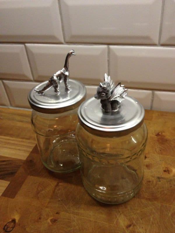 Decoratie maken met glazen jampot en klein speelgoed - Decoratie van een kleine badkamer ...