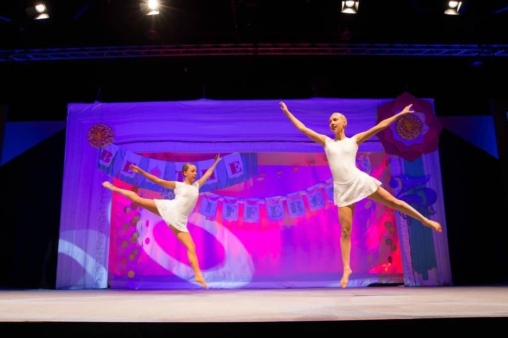 Twee danseressen openen de Europese convention in Manchester.