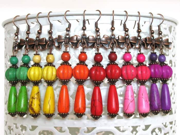 bij elk kledingstuk oorbellen maken