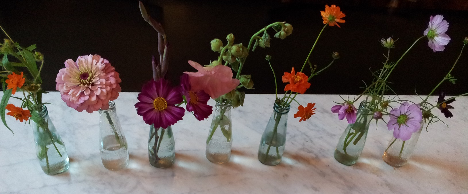 decoratie kleine bloemetjes in glazen flesjes 2