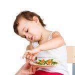Peuters eten vers of uit een potje