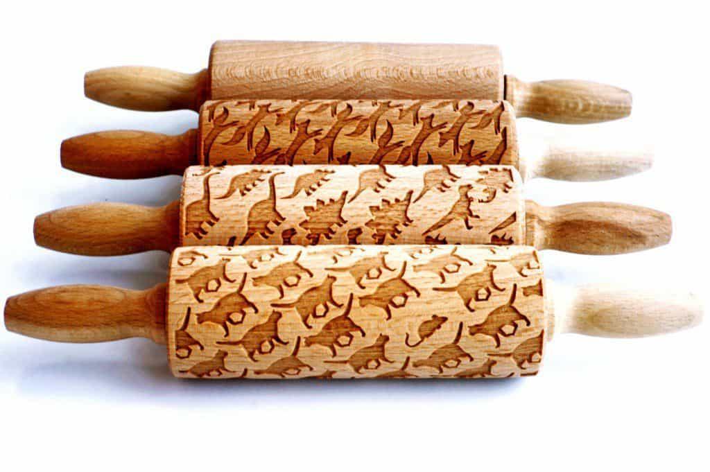 Deegroller graveren en koekjes versieren. Bron: etsy.com