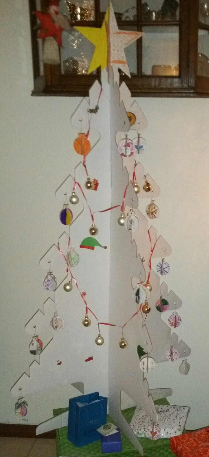 kerstballen en kerstboom van karton 1