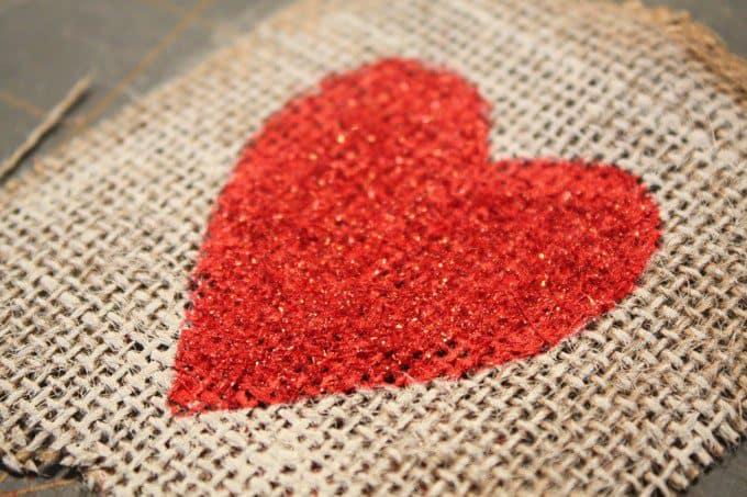 Groot hart versieren met verf of stof
