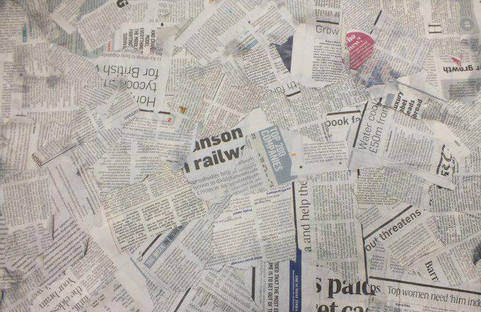 stukjes krantenpapier voor papiermache. Bron: desktopbackgrounds4u.com