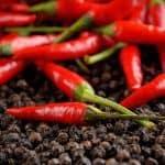 Handen schoon na snijden chili peper