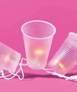 Feestverlichting zelf maken met plastic bekertjes