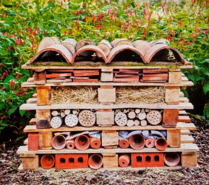 Insectenhotel maken van stenen en pallets