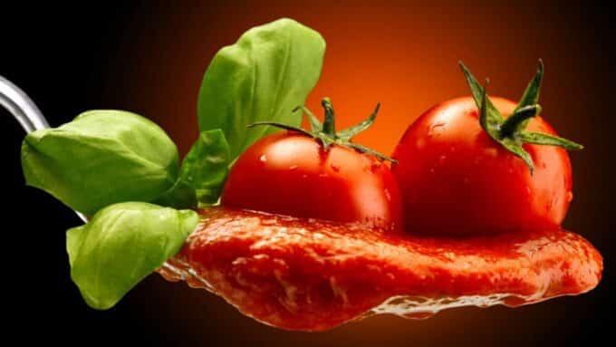Tafelloper met basilicum en tomaten